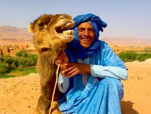 Maroko-berber s kamelo
